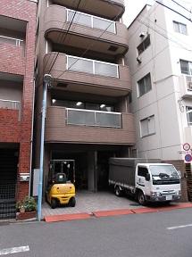 ⑧左手にに8階だての茶色いビルがあります。このビルが協友印刷(株)本社ビルです。