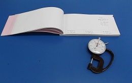 メーカー用紙見本帳と紙の厚さを計るマイクロゲージ。