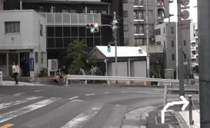 ③右手にカーブする交差点(交番あり)がありますので、歩道沿いに右に曲がります。