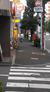 ⑥先方に弁当屋さんのほっともっとさん、奥にデニーズさんが見えます。手前の横断歩道を左折ください。