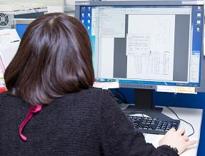 PC画面で確認しながら一つ一つ大切なデータをチェック。