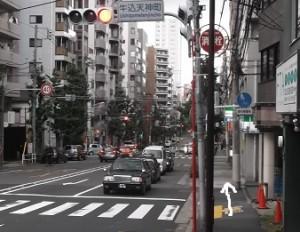 ④するとこの風景が見えてきます。牛込天神町交差点です。歩道沿いに直進ください。